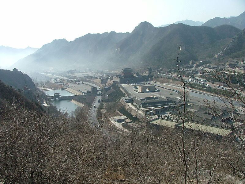 View from the Great Wall: Smog coming out off Beijing to the mountains. Photo by Daag. Wikimedia Commons.