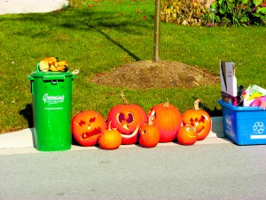 Jack-o'-lanterns made of carved pumpkins left at curbside after Halloween. Photo by MK2010. CC BY-SA 3.0.