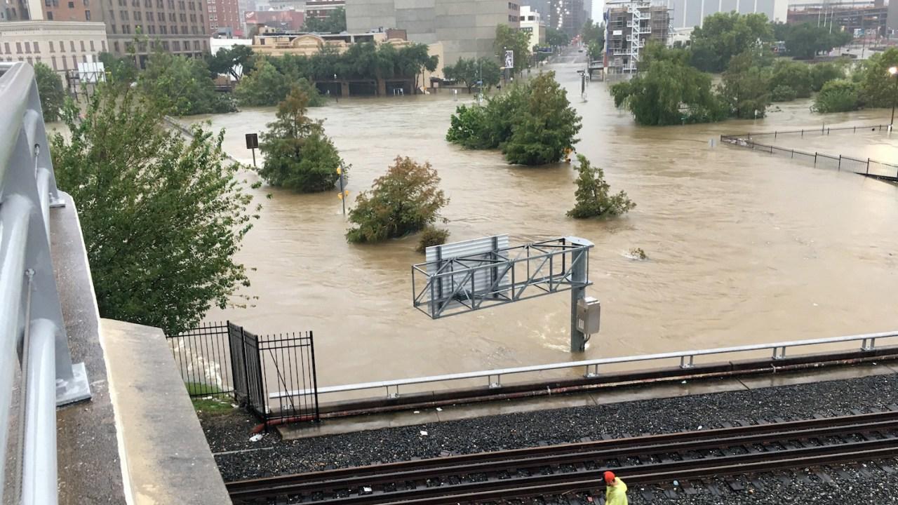 Flooding in downtown Houston (Photo: Jason Dearen | AP)