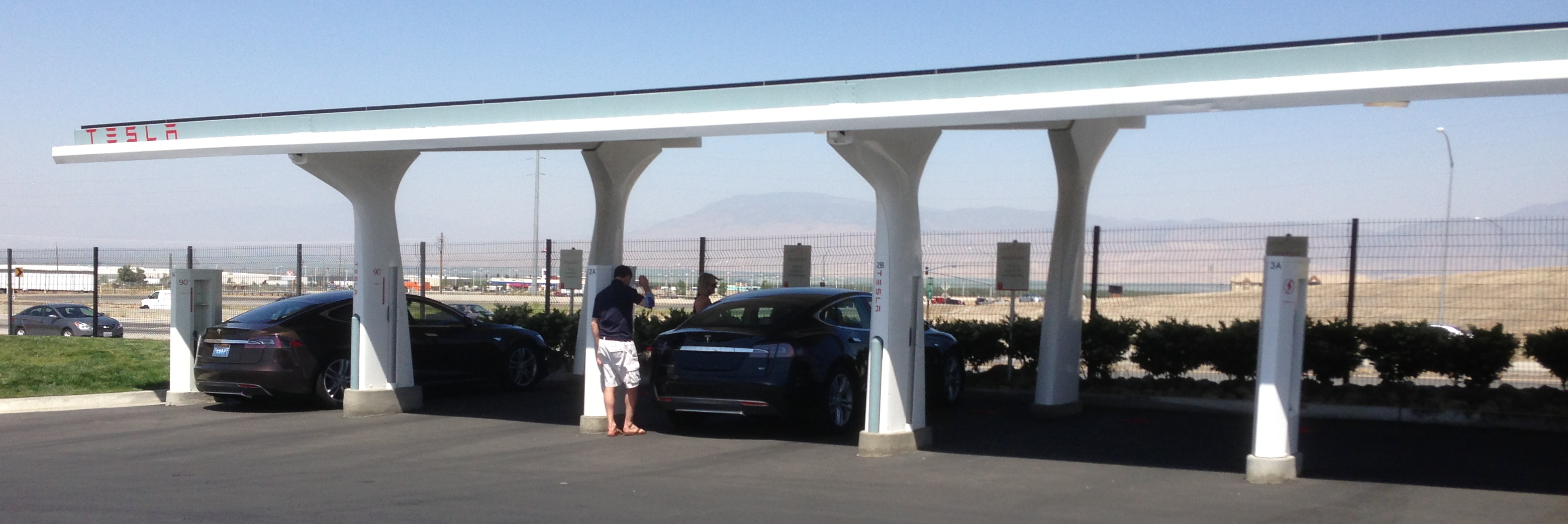 Tesla charging station with a rooftop solar collector. This station is located in Tejon Ranch, California. Photo:Wikimedia Common